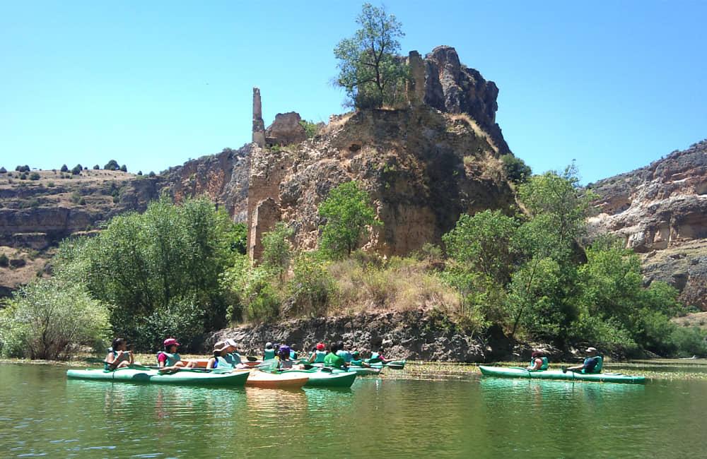 Piragüas en el Parque de las hoces del río Duratón