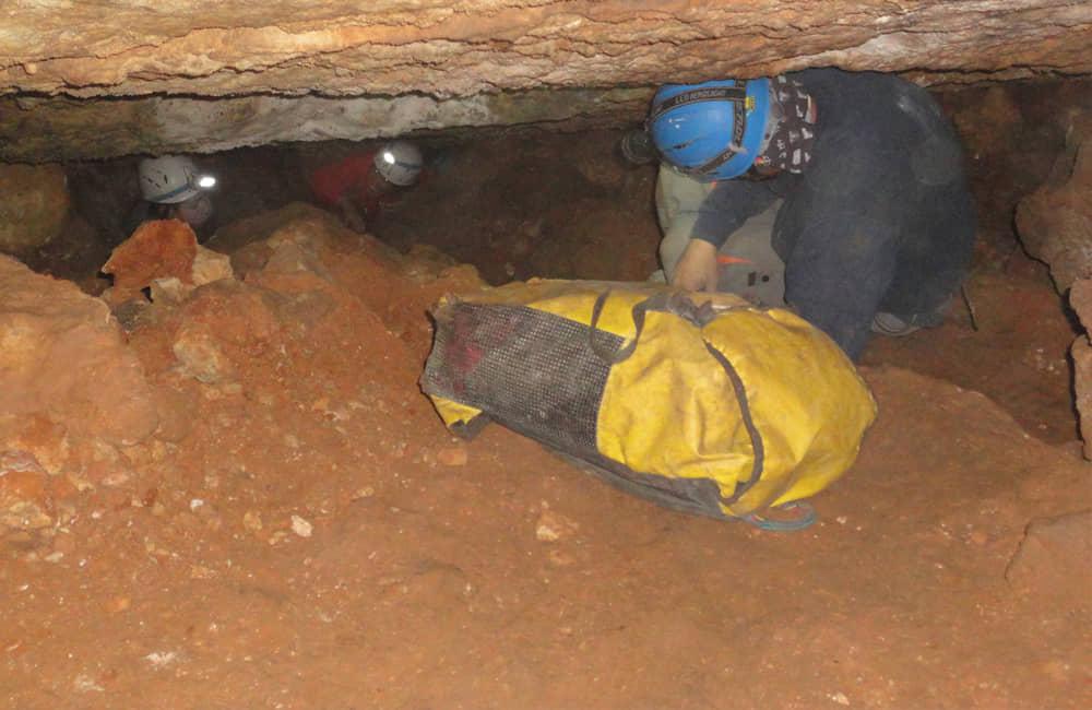 Espeleologia en la Cueva de las Brujas
