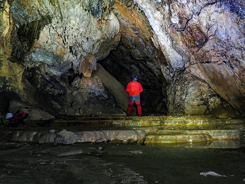 Espeleología en la Cueva de los Arnales